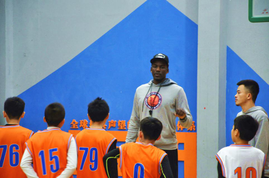 边学篮球边学英语 美式篮校进驻郑州引关注