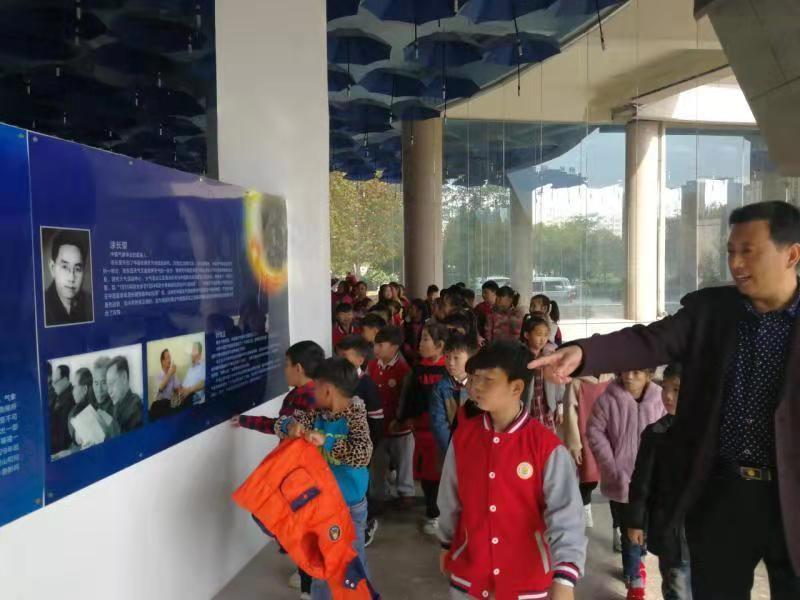 九三学社商丘科技支社带领50多名中小学生走进商丘市气象台