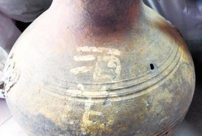 """西汉古墓葬:陶壶上写""""酒""""字 或证千年美酒"""