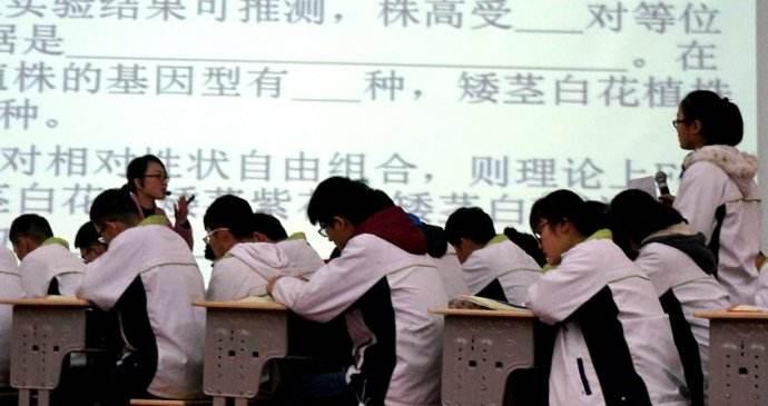一个香港中学校长的心愿:助基层学生融入社会