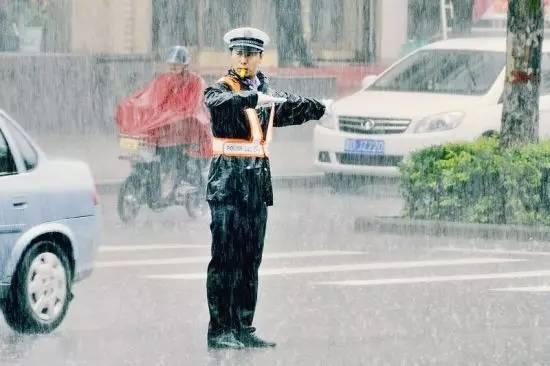 鹿邑老人雨中倒地 交警轮流撑伞3小时温暖守护