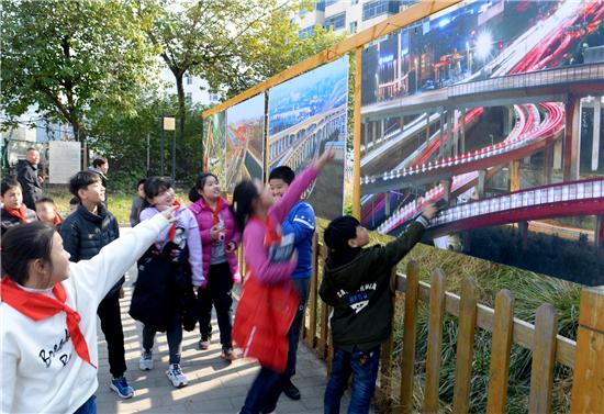 郑州管城区庆祝改革开放40周年图片展在商城遗址公园开幕