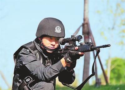 广为传颂!漯河特警交换人质并成功制服歹徒
