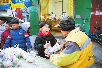 【大爱暖新乡】为环卫工送早餐 57名小学生已坚持一年多
