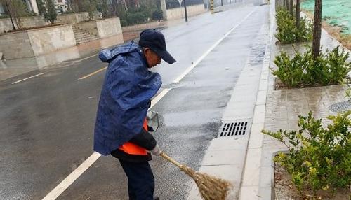 开封:环卫工人冒雨作业 在风雨中坚守