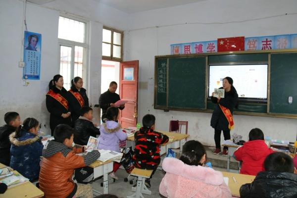 南召法院志愿者到帮扶村开展普法宣传活动