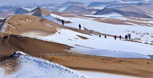 张掖连降瑞雪 沙漠雪景引游客