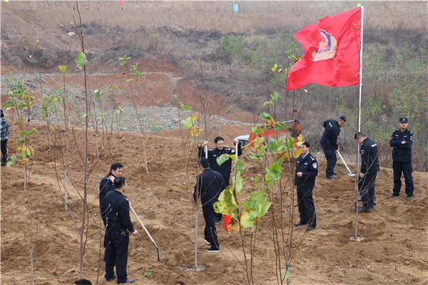 南召:民警义务植树 构筑绿水青山