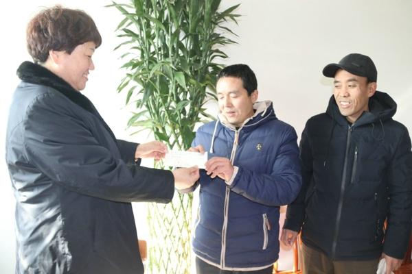 宛城区法院: 追回50万元血汗钱  农民工送锦旗谢法官