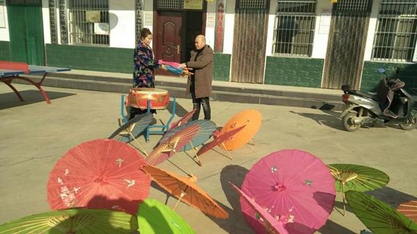 源汇区公路局捐赠民俗活动表演道具 丰富村民生活