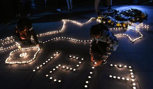 """南京:大学校园举行""""烛光祭"""" 表达哀思"""