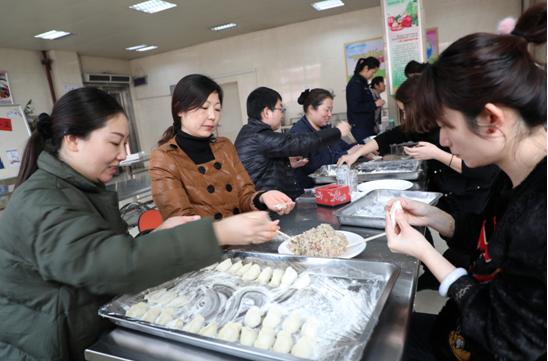 """郑州市兴达路街道积极开展""""开心包饺子、快乐过冬至""""活动"""