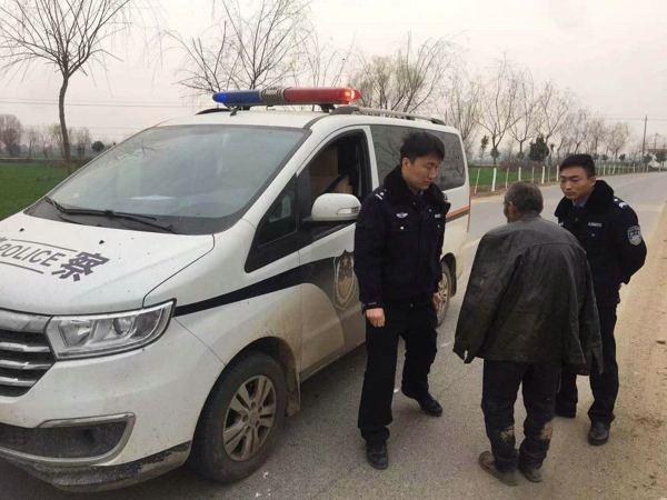邓州市赵集民警伸援手 救助路边走失老人
