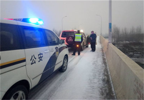 新野公安交警大队雨雪天气全力保畅通