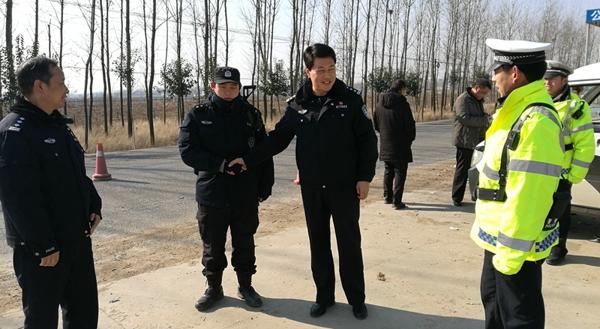 社旗县公安局局长高青看望慰问元旦节日坚守岗位的一线执勤民警、辅警
