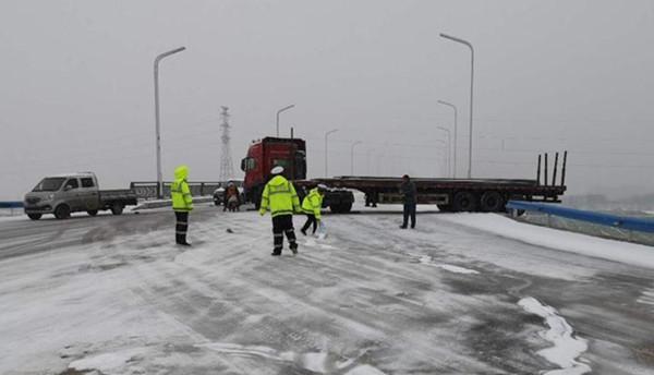 雪天货车险滑下桥 唐河交警急救援保平安