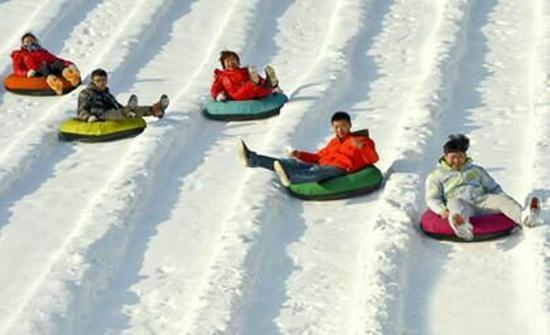 """考完试,最过瘾的当然是""""雪上飞""""巩义宋陵冰雪乐园中小学生免费畅玩嗨翻天"""