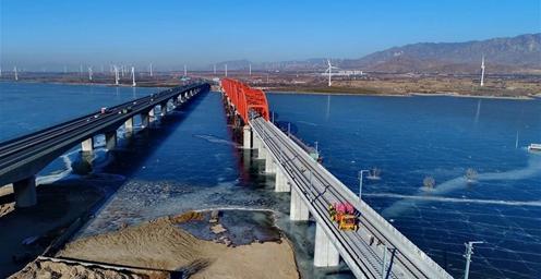 京张高铁:官厅水库特大桥铺轨 全长174公里