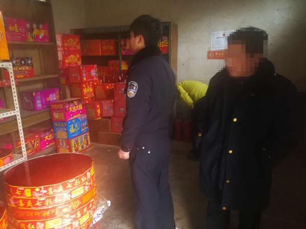 邓州元庄派出所联合安监部门检查烟花爆竹经销点