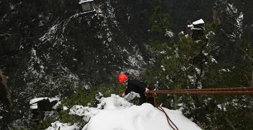 惊险!张家界:冰雪下的悬崖清洁工