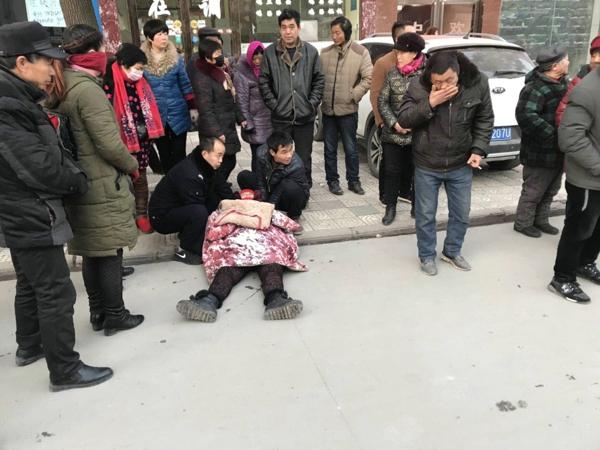 【平安守护】寒冬清晨的温暖:内乡交警紧急施救晕厥群众