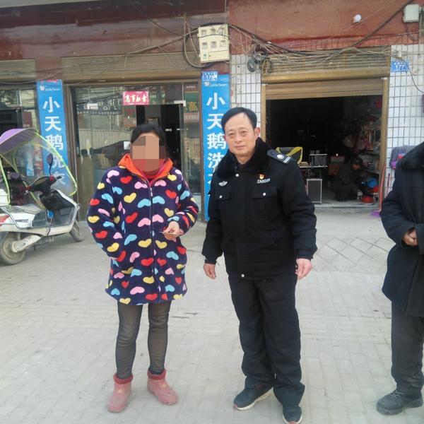 邓州:女子返乡途中丢失钱包  辅警拾金不昧完好归还