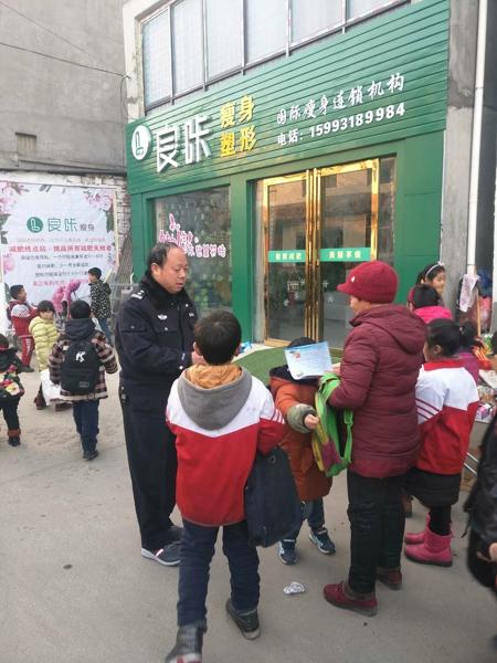 """邓州:前进派出所开展""""五讲六进""""宣传《中华人民共和国反恐怖主义法》"""
