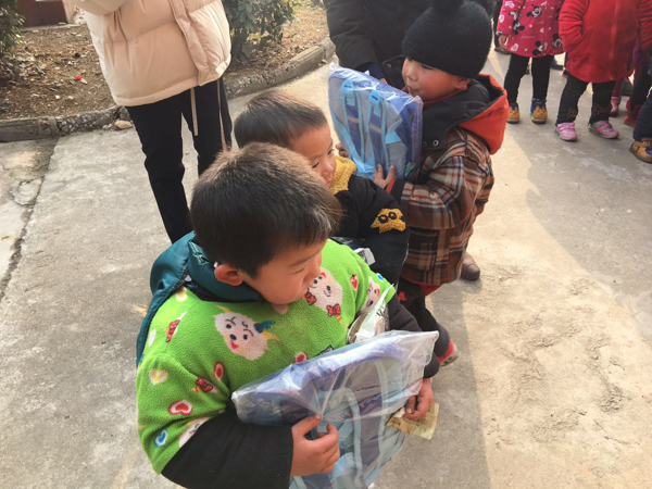 社旗县:教育扶贫进校园  企业捐赠献爱心