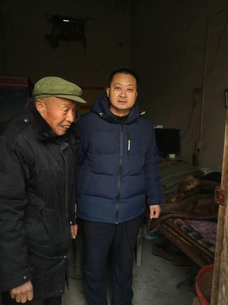 新野县公安局民警走访贫困家庭并送去慰问品