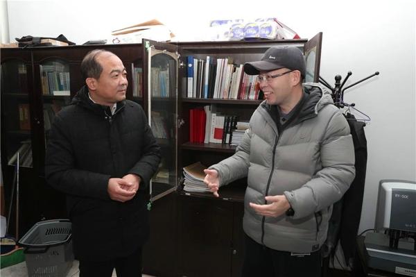 """省法院政治部副主任李辰明看望南阳法院""""先进模范""""代表和基层法庭干警"""