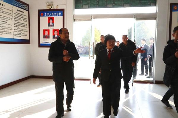 河南省高院政治部副主任李辰明到内乡法院走访慰问基层法庭干警