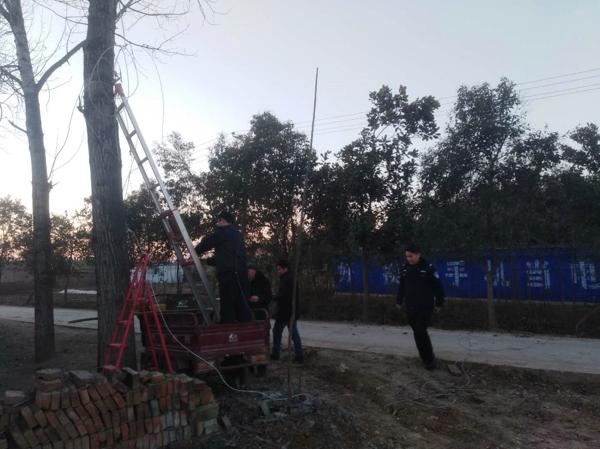 【平安守护】公路中间垂下电缆线  民警摸黑拆除保畅通