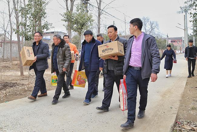 冬日里的温情 中华网河南联合爱心企业扶贫济困送温暖