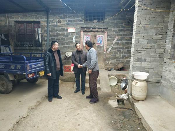 内乡县林业局党员干部为贫困户送温暖