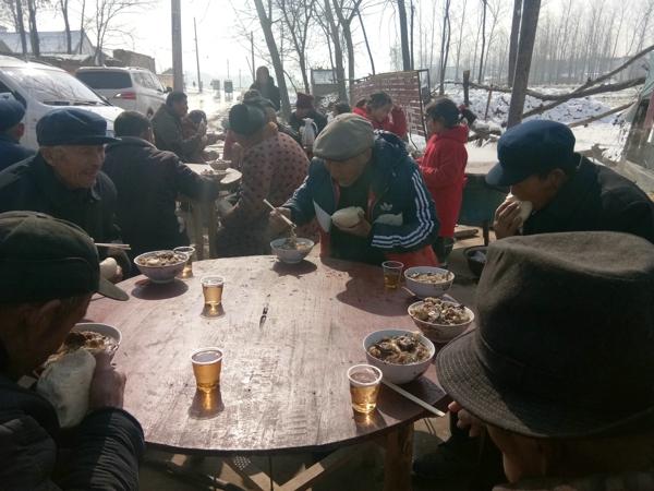 """河南太康县:公益人士孙明理请众多老人吃""""家宴"""""""