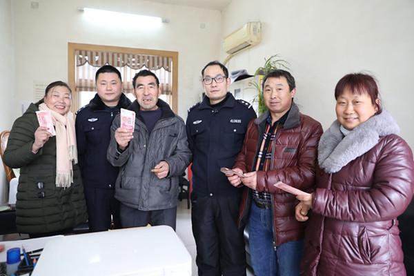 河南内乡:邻近年关高效执行 农民工喜领工资款