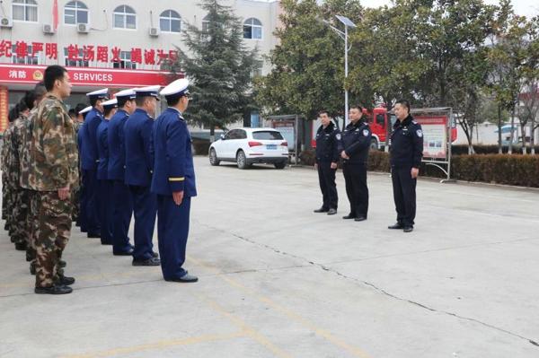 南召县政府党组成员、公安局党委书记、局长姜江慰问武警、消防指战员和驻村扶贫工作队员
