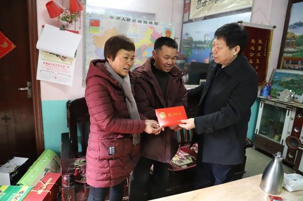 南阳市公安局党委委员、政治处主任常杰友到内乡县慰问见义勇为人员及家属