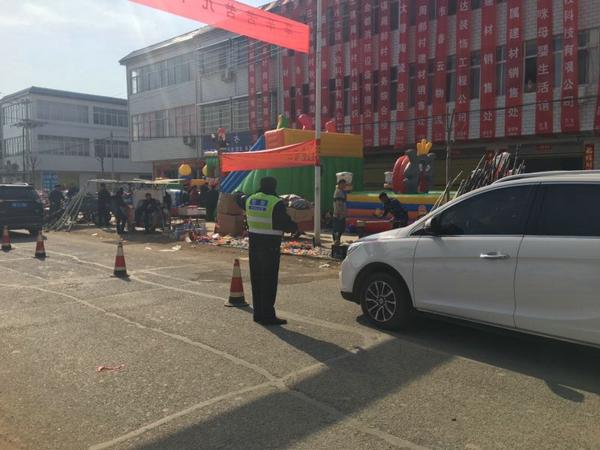 邓州罗庄:群众欢喜过大年 民警执勤保安全