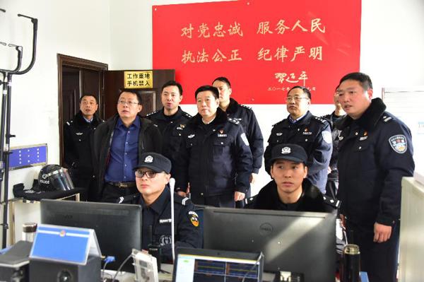 戚绍斌同志看望慰问邓州春节安保执勤人员