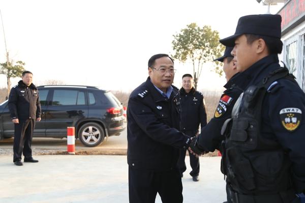 邓州市公安局局长马骁与一线执勤民警共度除夕
