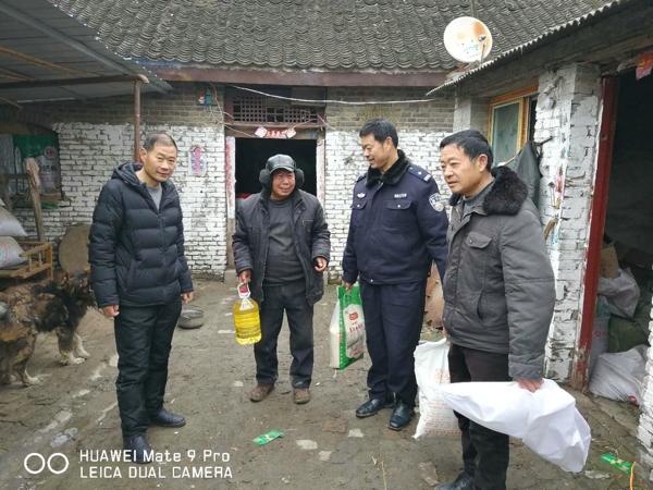 邓州:白牛派出所民警春节前走访慰问贫困群众