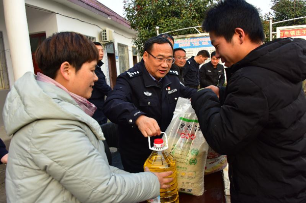 邓州:马骁局长赴白牛镇庄子村开展扶贫送温暖活动