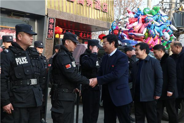 吴廷凯看望慰问一线执勤公安民警