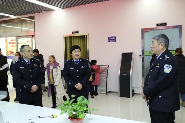 内乡公安局长崔宏伟节后第一天看望慰问基层民警