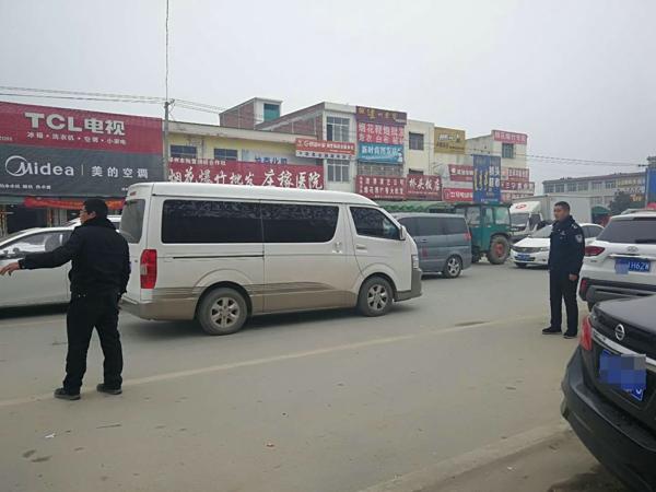 邓州陶营派出所持续开展交通疏导受群众好评