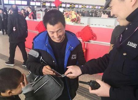 八岁男孩在郑州机场负气出走 机场交警15分钟帮其找到家长