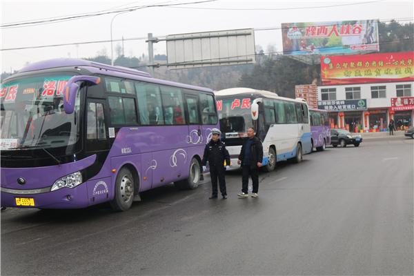 卢氏县公安交警大队:紧急护送400多名农民工出行