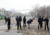 漯河各部门连夜清扫积雪 确保市民正常出行