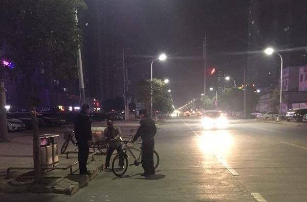 醉酒男子躺路边 民警救助送回家